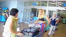 Tentano il furto al supermercato ma sono costrette a fuggire e lasciare la refurtiva