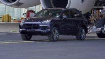 Quanta forza ha questa Porsche: traina un Airbus A380