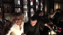 Eva Grimaldi prepara i cocktail al compleanno di Barbara D'Urso