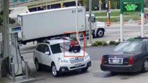 La donna sale sul cofano dell'auto: il gesto estremo per fermare i ladri