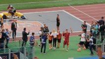 L'ultimo saluto di Totti ai tifosi, poi l'abbraccio con la famiglia