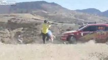 Rally, l'auto sbaglia la curva e travolge la folla: le immagini ravvicinate