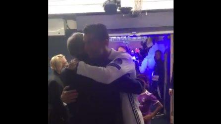 Cristiano Ronaldo entra negli spogliatoi e corre ad abbracciare Ferguson