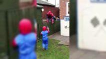 """Spiderman """"irrompe"""" alla festa: la fantastica sorpresa di compleanno al bimbo"""