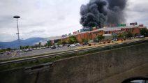 Pisa, in fiamme il centro commerciale: colonna di fumo visibile a chilometri di distanza