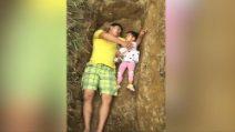 Papà gioca con la bambina in una tomba: il motivo è straziante