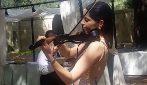Omaggia Vasco Rossi con il suo violino: la sexy violinista è bravissima