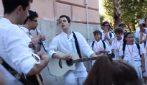 Improvvisano uno spettacolino per le strade di Salerno: la performance coinvolge i passanti