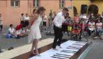 Danzano sui tasti del pianoforte: la performance dei ballerini è spettacolare