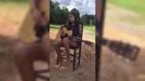 La bambina suona la chitarra: la sua voce vi incanterà