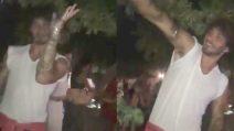 Stefano De Martino balla sempre, anche quando esce con gli amici