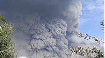 Indonesia, la spaventosa nuvola di fumo dopo l'eruzione del vulcano