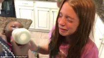 Mamma e papà tornano a casa con una bimba adottata: la reazione delle due figlie è commovente