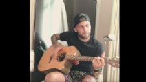 """Dani Alves suona la chitarra """"a modo suo"""""""