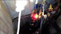 L'eroico gesto del vigile del fuoco che salva il gattino caduto nel pozzo profondo 30 metri