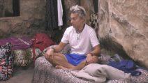 Grande Fratello VIP, Andrea Mainardi svela il suo talento tricotico