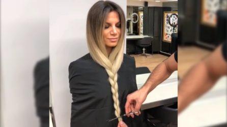 Le intreccia i lunghi capelli e li taglia: il cambio look è stupendo