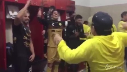 Maradona su di giri nello spogliatoio festeggia con i suoi calciatori