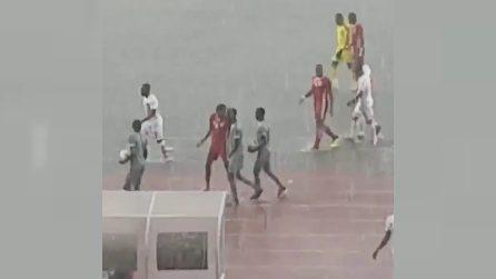 La partita viene sospesa: quello che tentano di fare i calciatori è assurdo