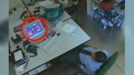 Mette in pratica un sistema per guardare sotto la gonna della collega: beccato in ufficio