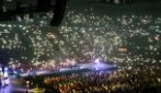 Milano, atmosfera magica durante il concerto: il messaggio di Tommaso Paradiso
