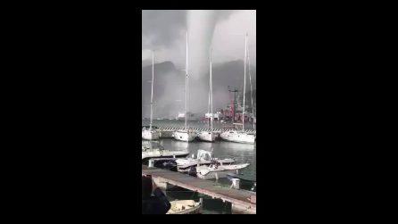 La tromba d'aria al porto di Salerno: l'enorme vortice passa sulle barche