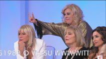 """Uomini e Donne - Tina show fa le """"corna"""" a Gemma Galgani"""