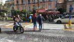 Napoli, a Piazza Dante compare Spiderman ed aiuta un anziano ad attraversare la strada