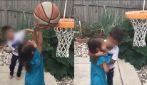 La sorellina piange perché non riesce a fare canestro: il fratello l'aiuta in un modo speciale