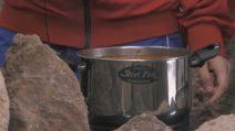 Grande Fratello VIP, Walter Nudo cucina in caverna: una primordiale zuppa di lenticchie