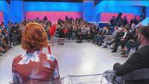 """Uomini e Donne, Tina Cipollari solleva la gonna di Gemma: """"Ce l'hai con le donne della mia età"""""""