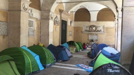 """Roma, le famiglie che vivono accampate sotto il porticato della Basilica: """"Ora cacceranno anche noi?"""""""