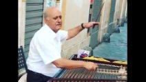 Roma, musica per le vie del centro: l'artista di strada incanta i turisti