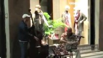 Firenze, violino e contrabbasso in strada: i musicisti stupiscono tutti con il loro talento