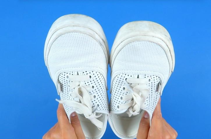 Come pulire le scarpe bianche: 10 trucchi per averle nuove