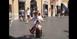 Un giovane musicista incanta i passanti: l'armoniosa melodia nel cuore di Roma