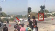 Donna nuda in strada aggredisce i passanti: lo sconcerto dei presenti