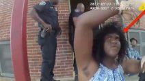 La polizia lo cerca nella sua casa: lui si traveste da donna e cerca di ingannare gli agenti