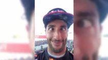 """Ricciardo """"ruba"""" il cellulare a Hamilton al termine dl GP: ecco cosa combina a sua insaputa"""