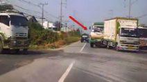 Un camion sbuca all'improvviso dal senso opposto: il terribile incidente