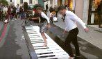 I ballerini danzano sui tasti di un grande pianoforte: la sorprendente performance