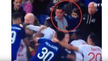 Papà con il figlio in braccio partecipa alla rissa di Everton-Lione: una scena pazzesca