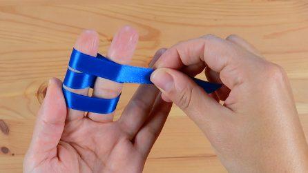 Avvolge un nastro attorno alle dita: ecco cosa realizza