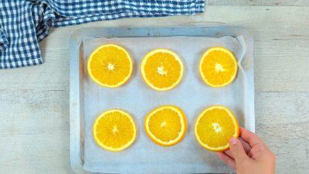 Mette le fette di arancia nel forno: l'idea utile da provare