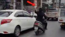Si aggira tra le auto con un machete e trancia gli specchietti: follia in città