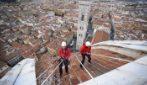 """Firenze, """"alpinisti"""" sulla Cupola del Brunelleschi: l'operazione è mozzafiato"""
