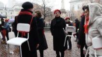 Sedie vuote per le vittime di femminicidio: Milano contro la violenza sulle donne