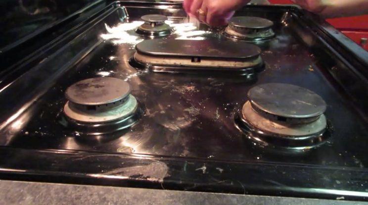 Come pulire il piano cottura un metodo veloce e semplice for Piani abitativi per un piano