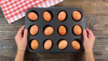 Mette le uova nella teglia dei muffin: il trucco da provare