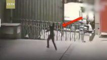 Donna si lancia nel vuoto: una guardia giurata tenta di salvarla, poi la tragedia